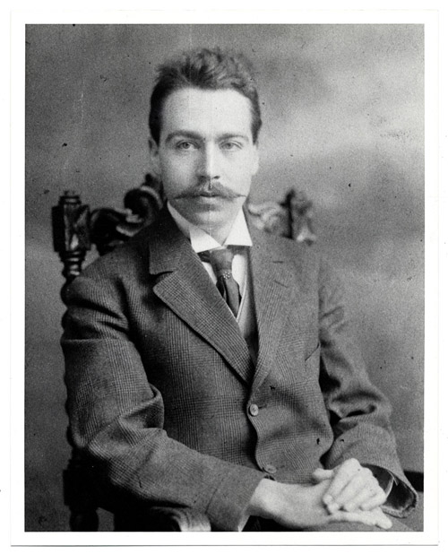 Walter Pach, ca. 1909. Photograph by Pach Brothers Studio. Walter Pach Family papers, Archives of American Art, Smithsonian Institution.